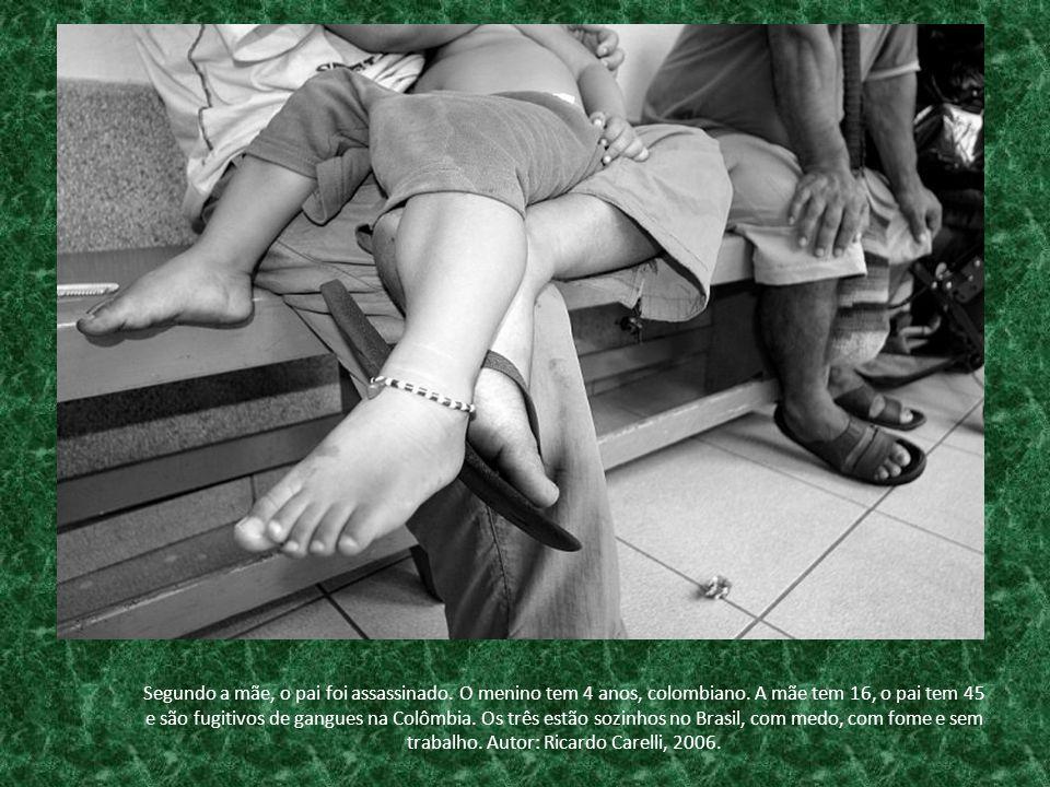 Segundo a mãe, o pai foi assassinado. O menino tem 4 anos, colombiano. A mãe tem 16, o pai tem 45 e são fugitivos de gangues na Colômbia. Os três estã