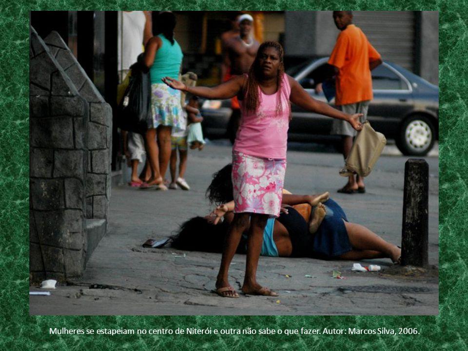 Mulheres se estapeiam no centro de Niterói e outra não sabe o que fazer. Autor: Marcos Silva, 2006.