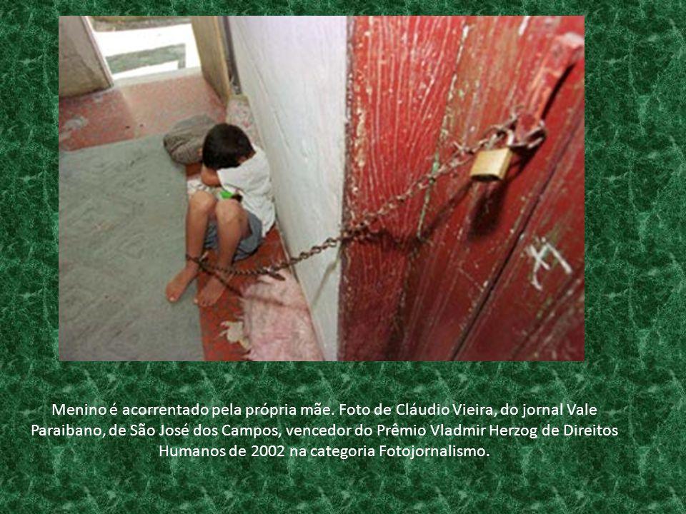 Menino é acorrentado pela própria mãe. Foto de Cláudio Vieira, do jornal Vale Paraibano, de São José dos Campos, vencedor do Prêmio Vladmir Herzog de
