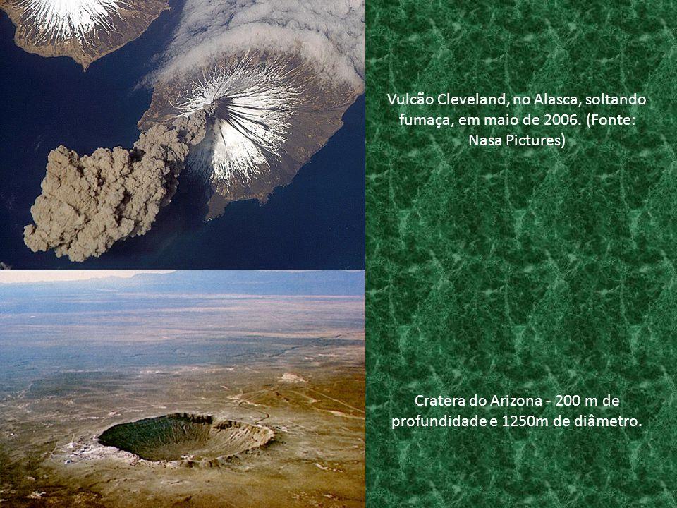 Cratera do Arizona - 200 m de profundidade e 1250m de diâmetro. Vulcão Cleveland, no Alasca, soltando fumaça, em maio de 2006. (Fonte: Nasa Pictures)