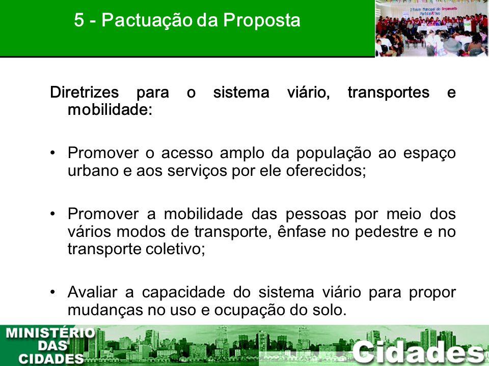41 Diretrizes para o sistema viário, transportes e mobilidade: •Promover o acesso amplo da população ao espaço urbano e aos serviços por ele oferecido