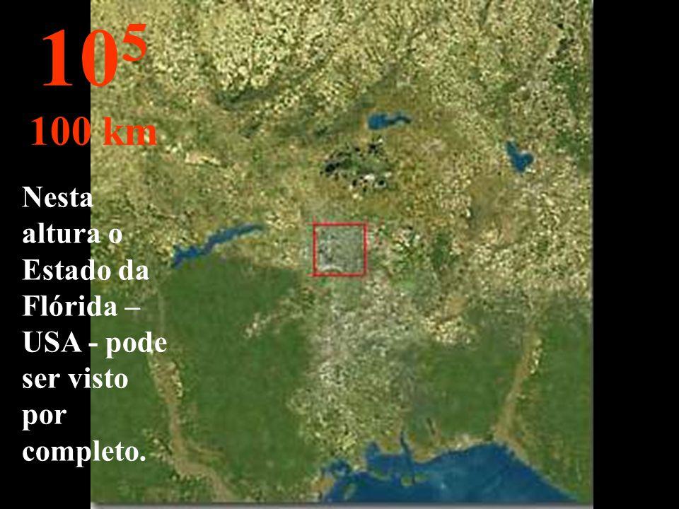 A cidade pode ser observada. Os quarteirões mal são vistos. 10 4 10 km
