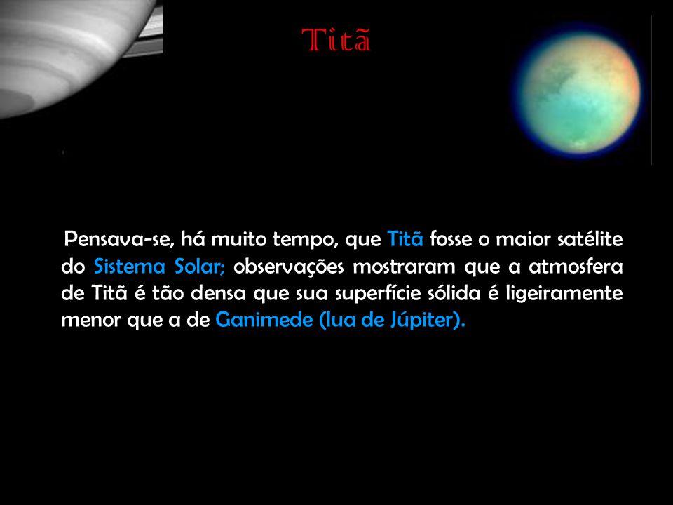 Titã Pensava-se, há muito tempo, que Titã fosse o maior satélite do Sistema Solar; observações mostraram que a atmosfera de Titã é tão densa que sua superfície sólida é ligeiramente menor que a de Ganimede (lua de Júpiter).