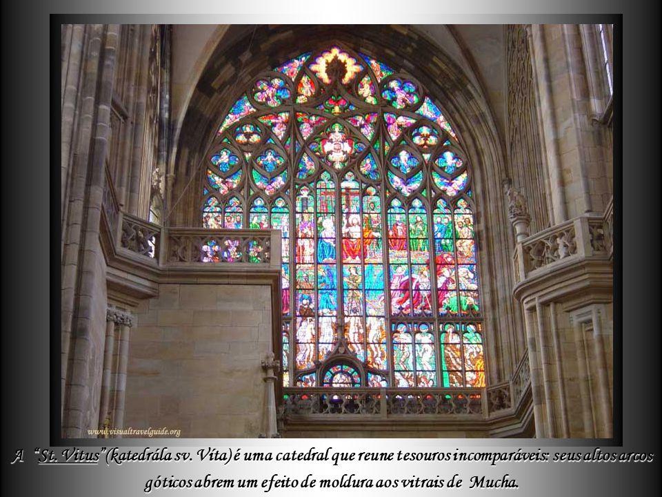 A St. Vitus Cathedral, que integra o conjunto do Castelo de Praga, é a principal construção de estilo gótico da cidade, iniciada em 1344 e apenas conc