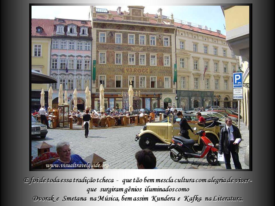 """Em Praga nem só os estilos arquitetônicos se harmonizam, mas também – e como em toda """"Czechoslovakia"""" - o povo equilibra perfeitamente o desfrutar de"""