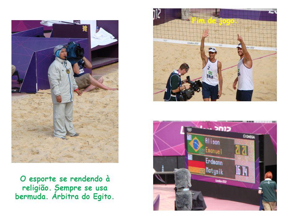 O esporte se rendendo à religião. Sempre se usa bermuda. Árbitra do Egito. Fim de jogo.