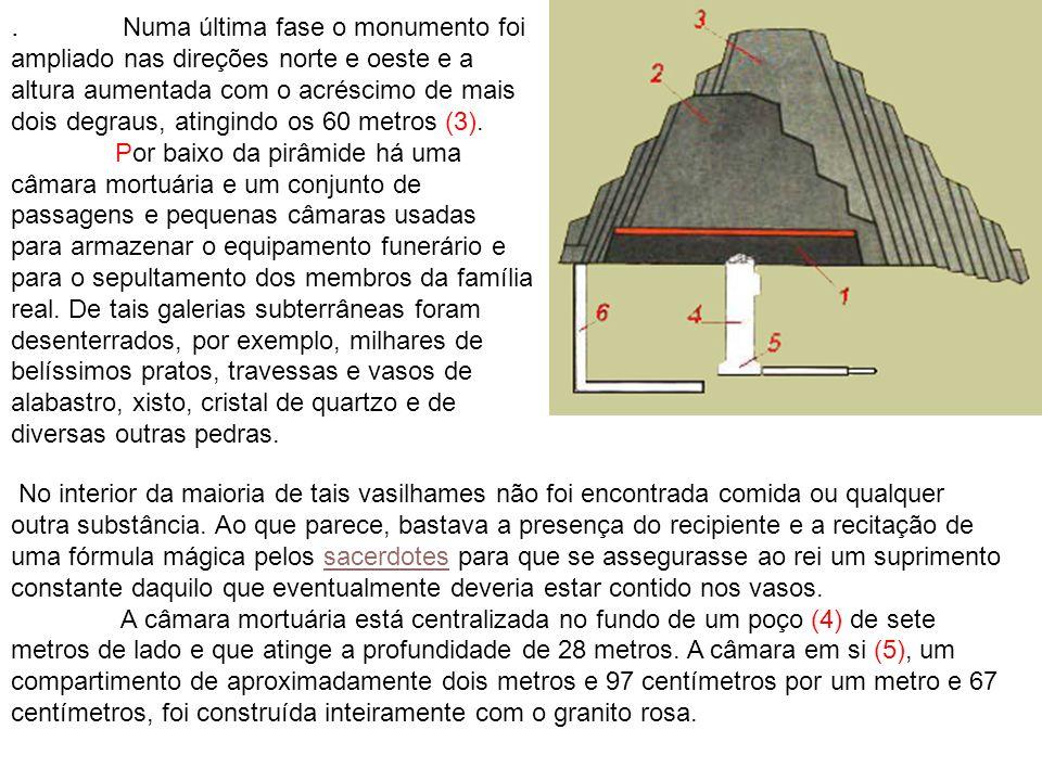 . Numa última fase o monumento foi ampliado nas direções norte e oeste e a altura aumentada com o acréscimo de mais dois degraus, atingindo os 60 metr