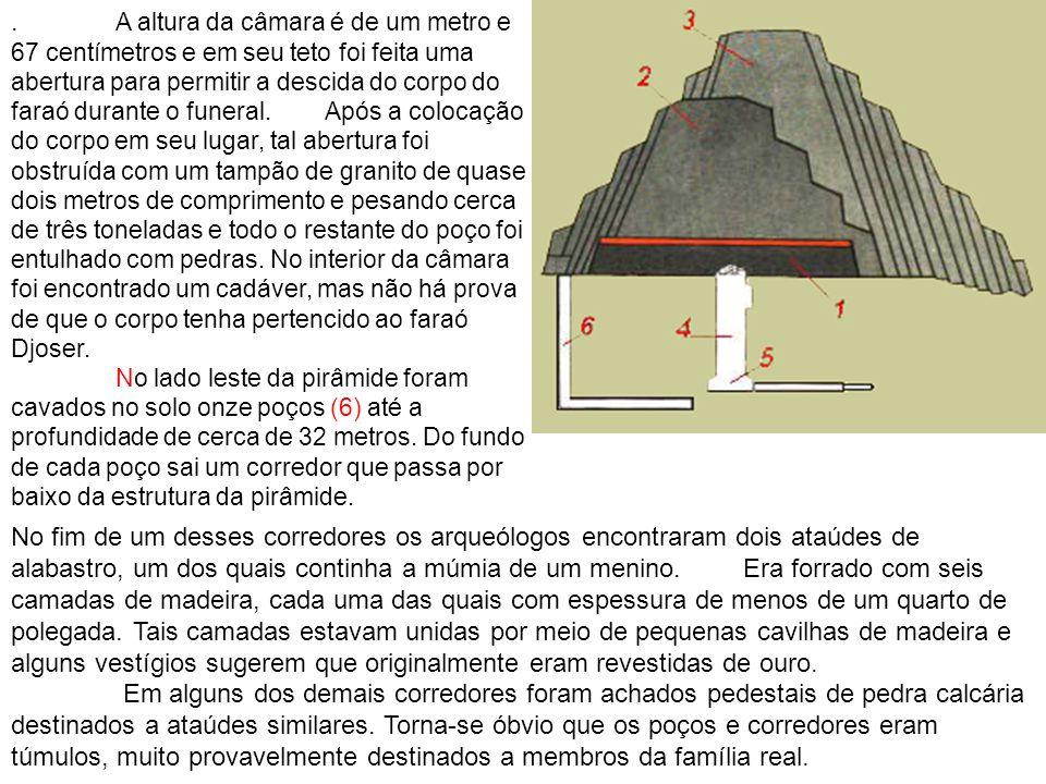 . A altura da câmara é de um metro e 67 centímetros e em seu teto foi feita uma abertura para permitir a descida do corpo do faraó durante o funeral.