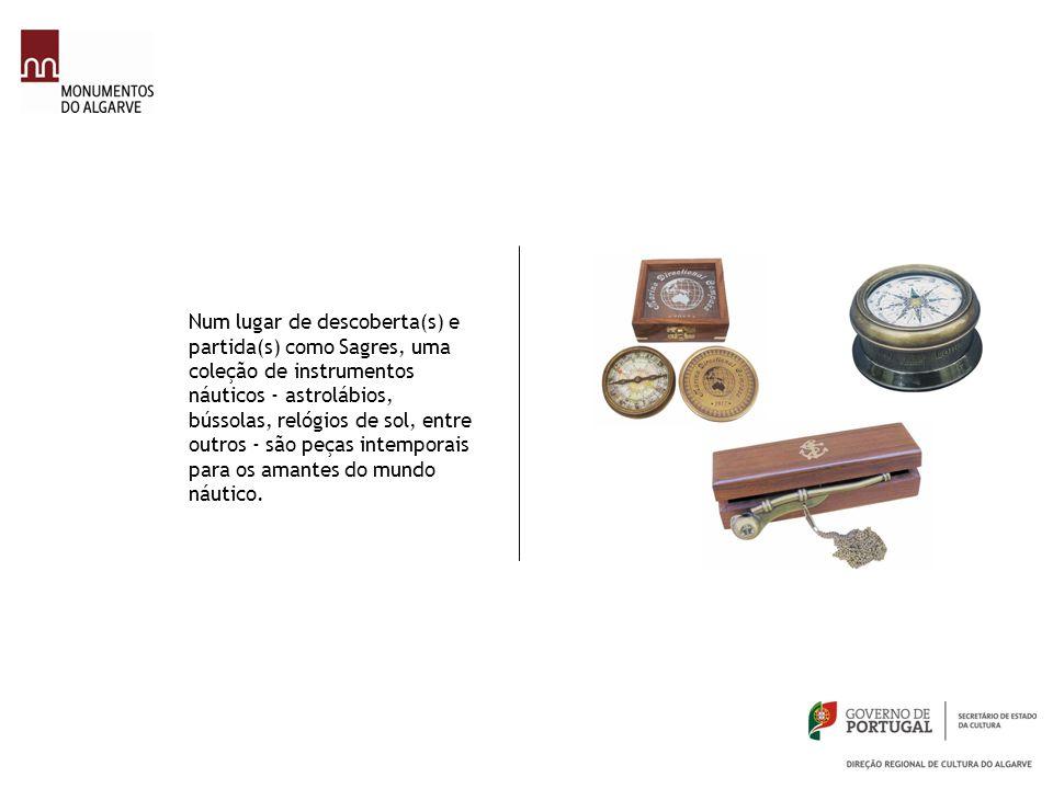 Num lugar de descoberta(s) e partida(s) como Sagres, uma coleção de instrumentos náuticos - astrolábios, bússolas, relógios de sol, entre outros - são
