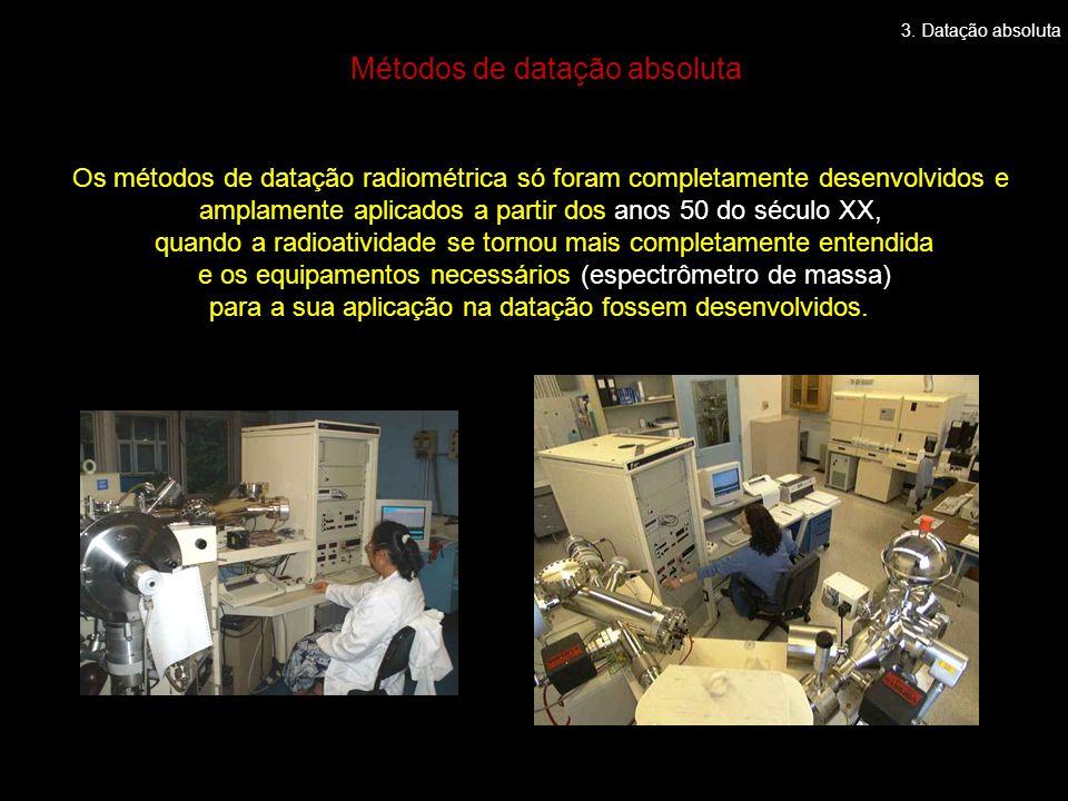 Os métodos de datação radiométrica só foram completamente desenvolvidos e amplamente aplicados a partir dos anos 50 do século XX, quando a radioatividade se tornou mais completamente entendida e os equipamentos necessários (espectrômetro de massa) para a sua aplicação na datação fossem desenvolvidos.