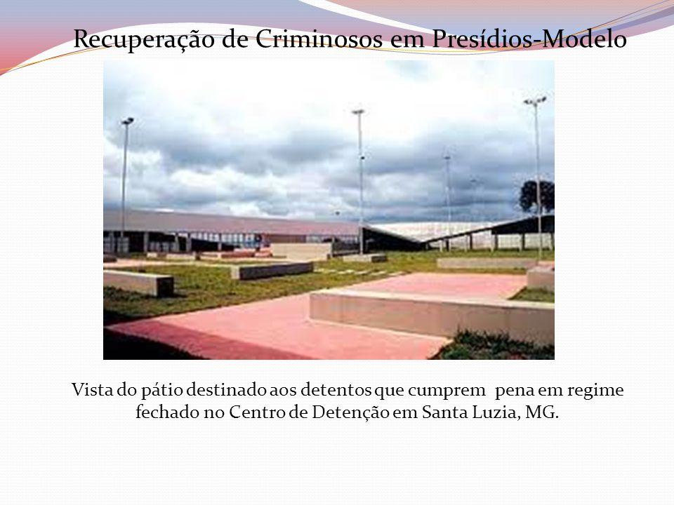 Vista do pátio destinado aos detentos que cumprem pena em regime fechado no Centro de Detenção em Santa Luzia, MG. Recuperação de Criminosos em Presíd