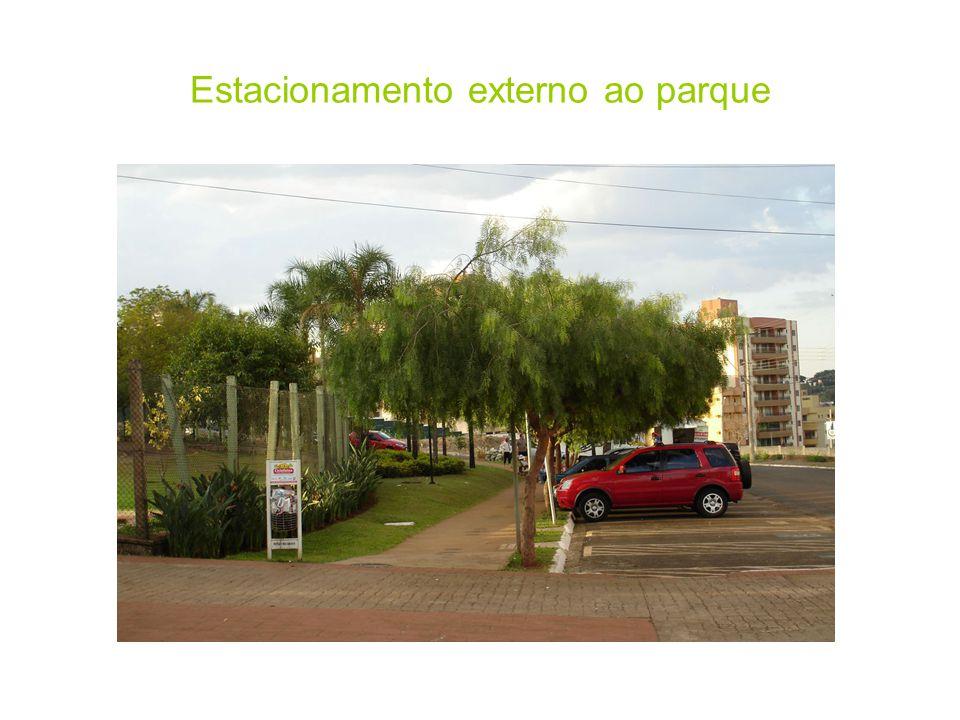 Estacionamento externo ao parque