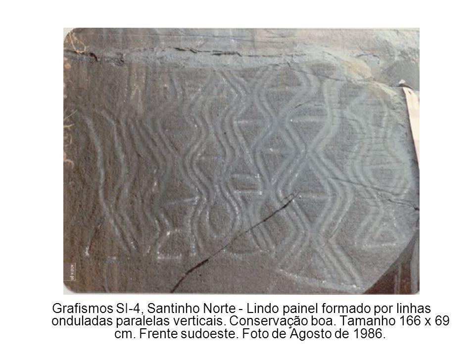 Grafismos SI-4, Santinho Norte - Lindo painel formado por linhas onduladas paralelas verticais. Conservação boa. Tamanho 166 x 69 cm. Frente sudoeste.