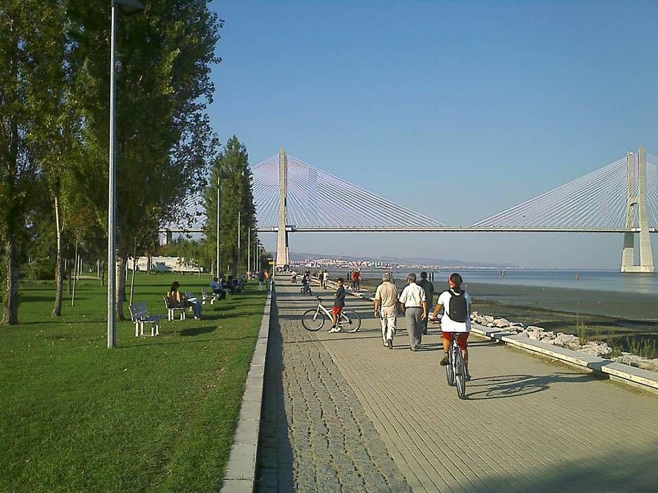 Calçada do Mar largo.