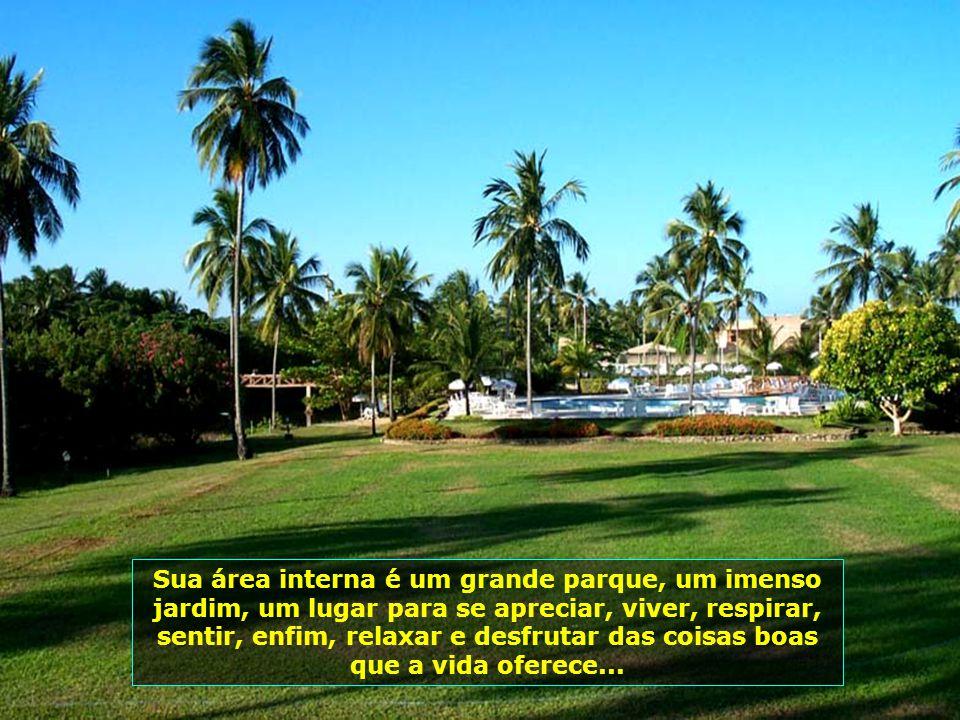 Numa área de 65.000 m² de terreno e 15.000 m² construídos, com o Rio Maragogi passando por dentro dela, o Salinas do Maragogi esbanja conforto e bem e
