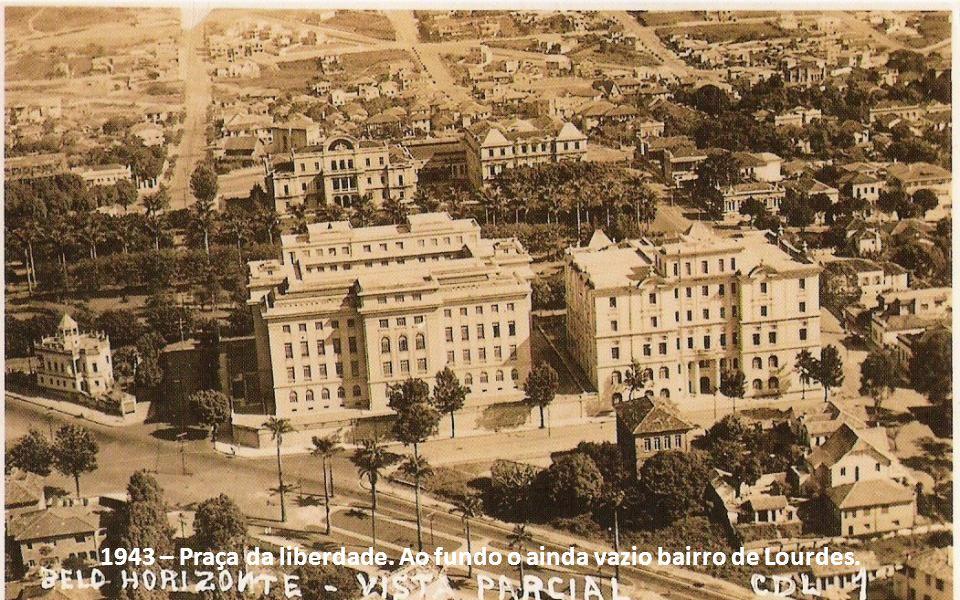 1943 – Praça da liberdade. Ao fundo o ainda vazio bairro de Lourdes.