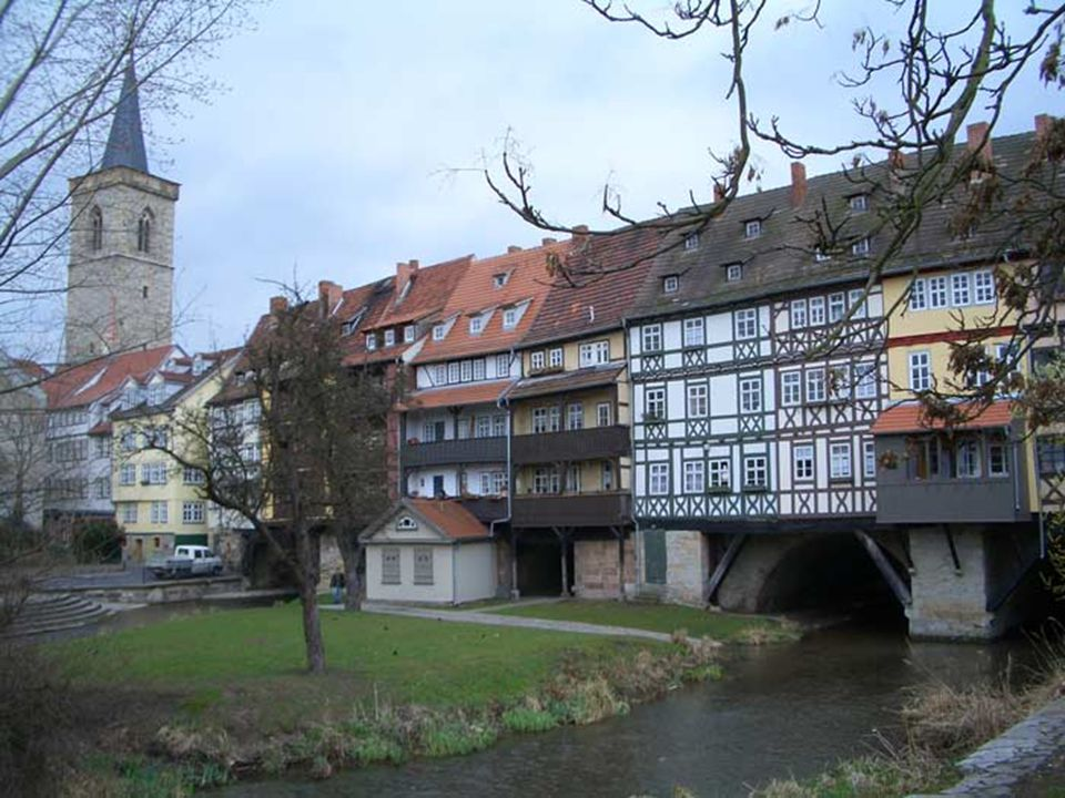 Parece incrível, mas esta rua está construída sobre o rio, é ponte e rua.