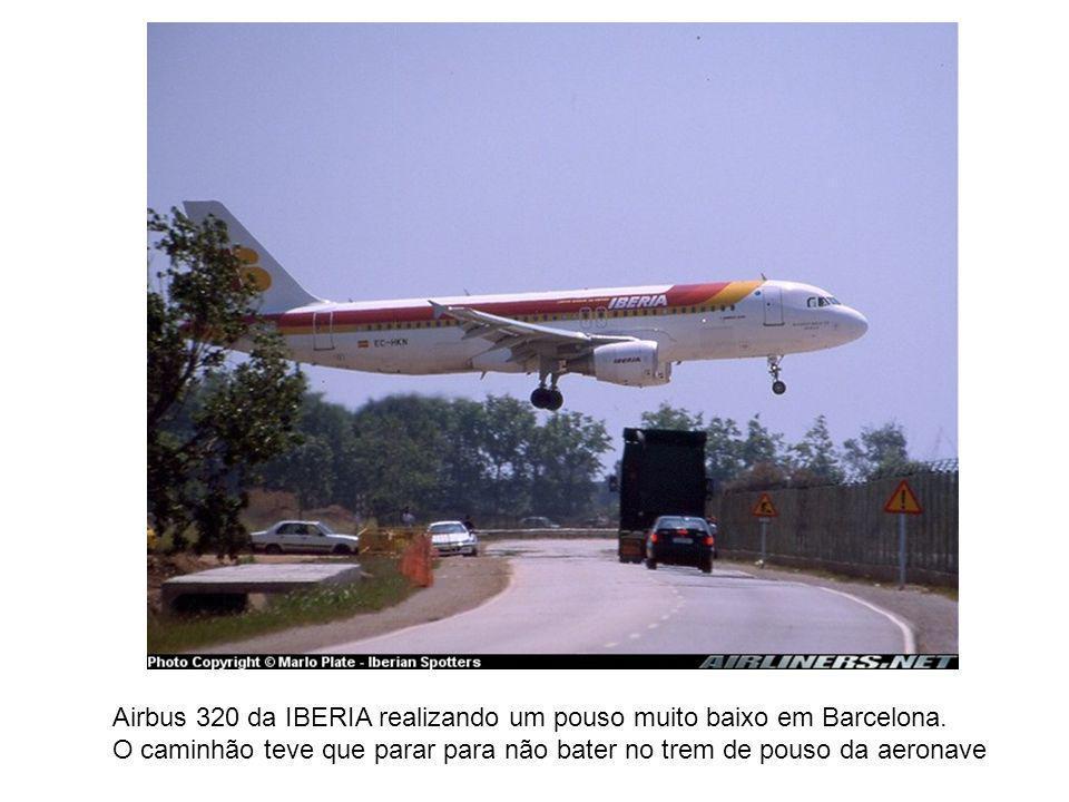 Airbus 320 da IBERIA realizando um pouso muito baixo em Barcelona. O caminhão teve que parar para não bater no trem de pouso da aeronave