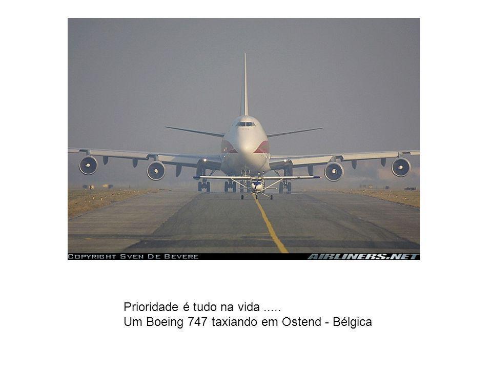 Prioridade é tudo na vida..... Um Boeing 747 taxiando em Ostend - Bélgica