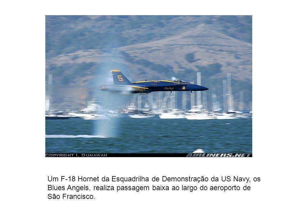 Um F-18 Hornet da Esquadrilha de Demonstração da US Navy, os Blues Angels, realiza passagem baixa ao largo do aeroporto de São Francisco.