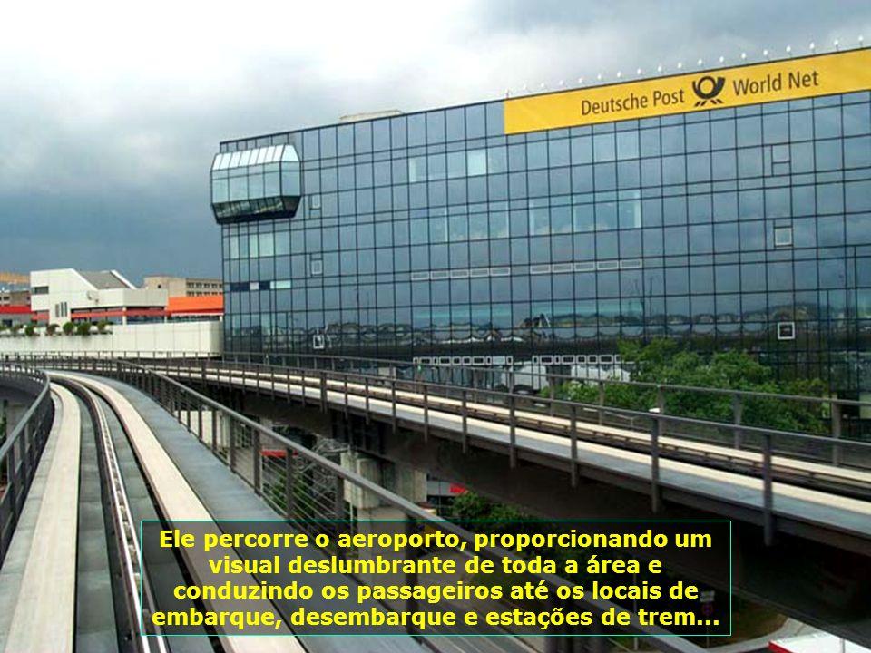 Dada as grandes dimensões do aeroporto, um trenzinho (Sky Line) circula, gratuitamente, de ponta a ponta dele com várias estações...