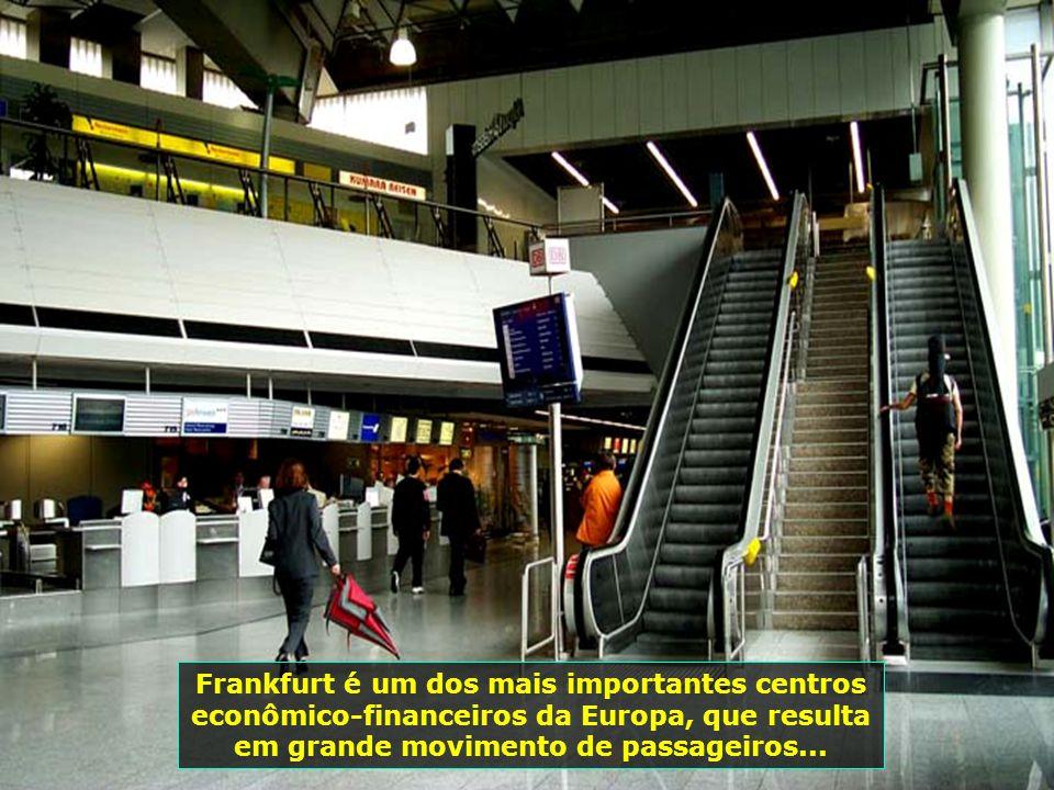 Letras grandes indicando os locais das salas, facilitam muito seu trânsito dentro do aeroporto...
