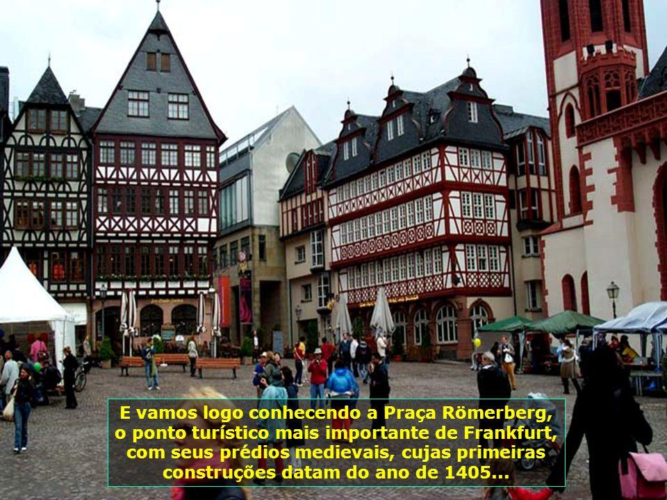 Bastou entrarmos na cidade e já encontramos festa típica alemã na Praça Römerberg, regada a muita cerveja e muita comida gostosa, além de boas músicas