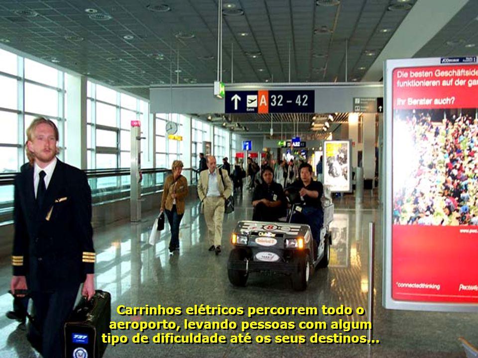 Seu aeroporto internacional, um dos maiores do mundo, é gigantesco em tudo que se pode imaginar...