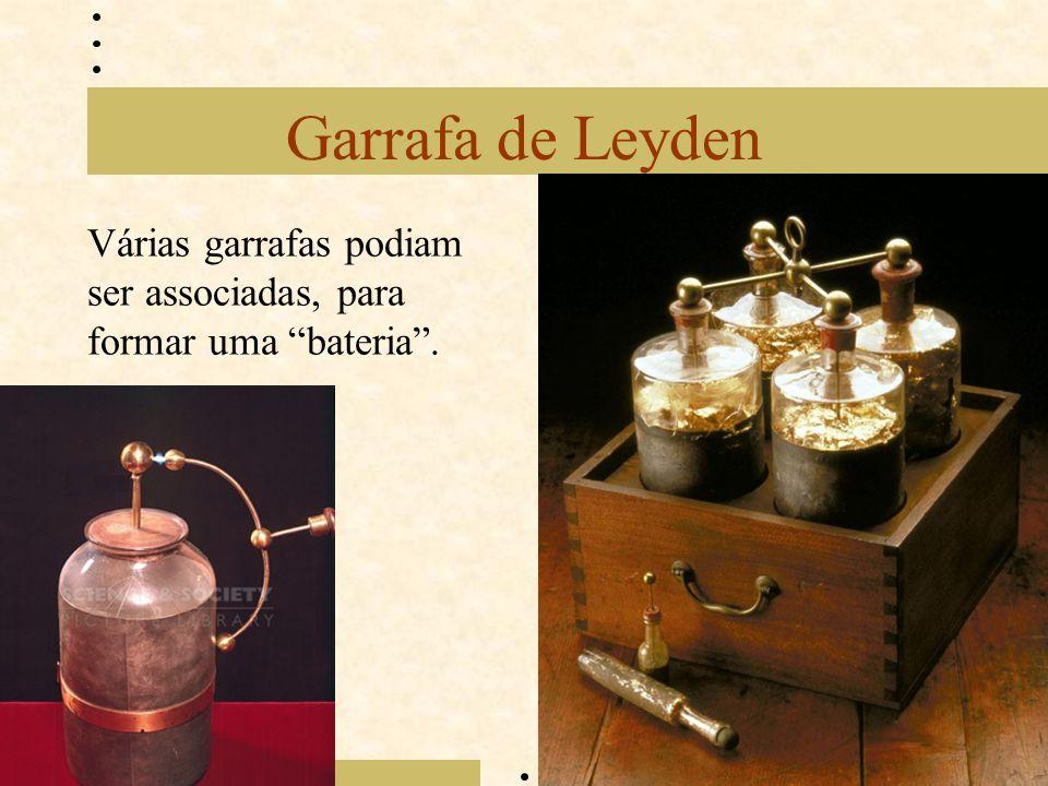"""Garrafa de Leyden Várias garrafas podiam ser associadas, para formar uma """"bateria""""."""