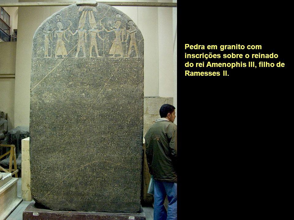 Pedra em granito com inscrições sobre o reinado do rei Amenophis III, filho de Ramesses II.
