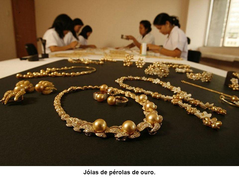 Designers concebem novos modelos de jóias de pérolas.
