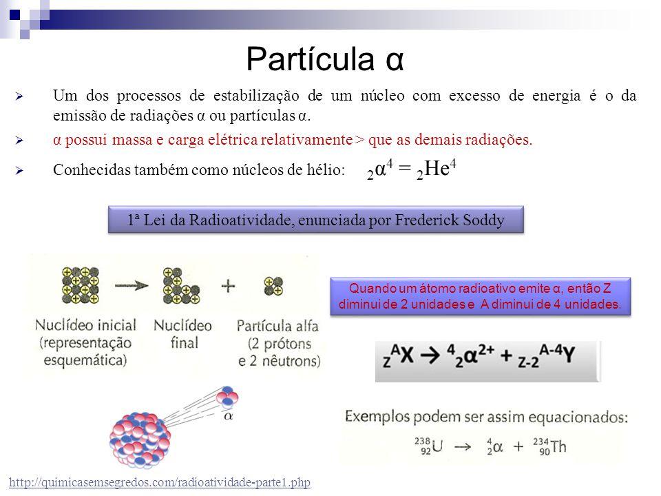  Um dos processos de estabilização de um núcleo com excesso de energia é o da emissão de radiações α ou partículas α.  α possui massa e carga elétri