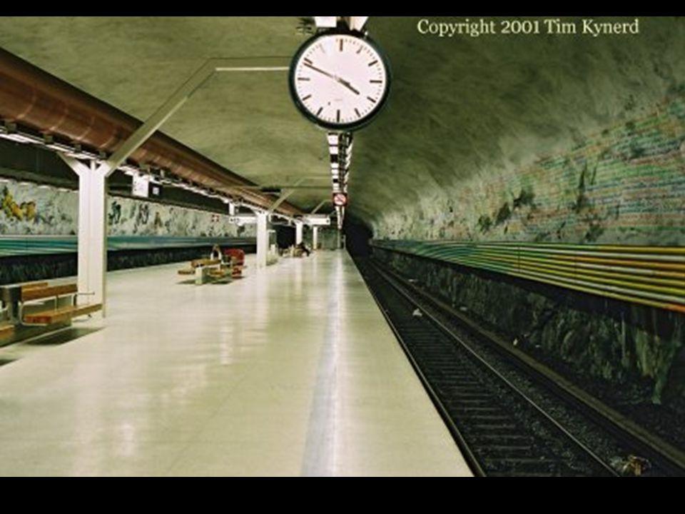 Na estação Rissne, ao longo de um painel informativo sobre as paredes, conta-se a história da civilizações da Terra.