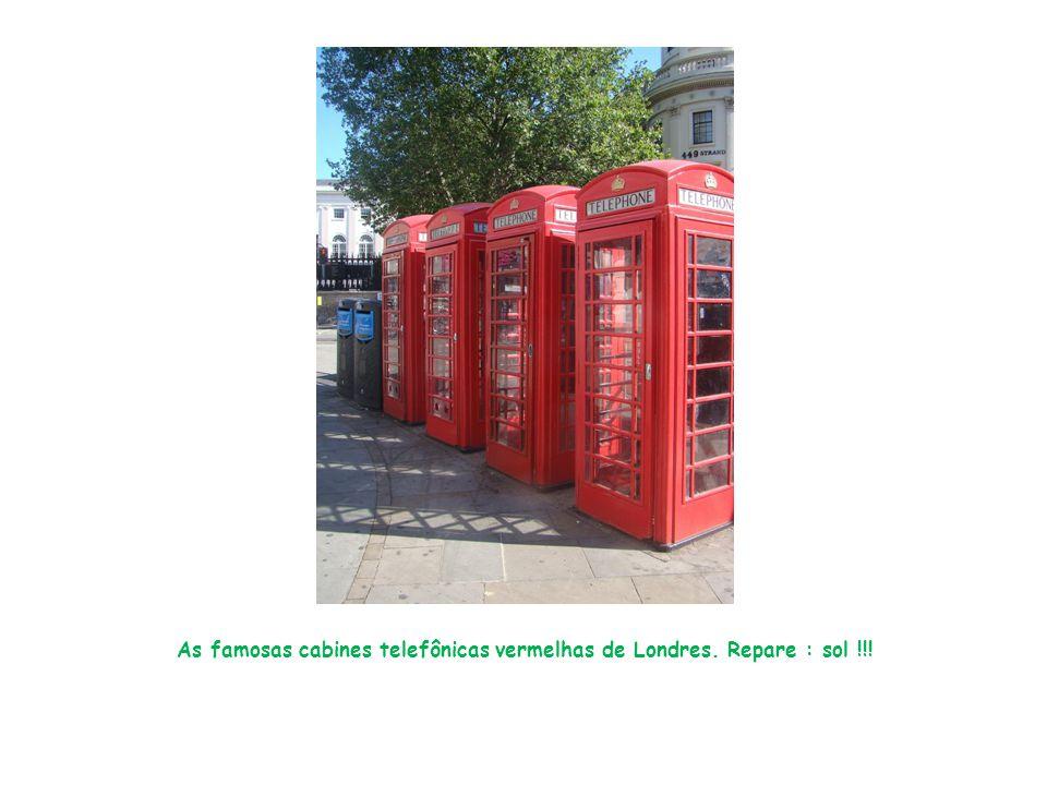 As famosas cabines telefônicas vermelhas de Londres. Repare : sol !!!