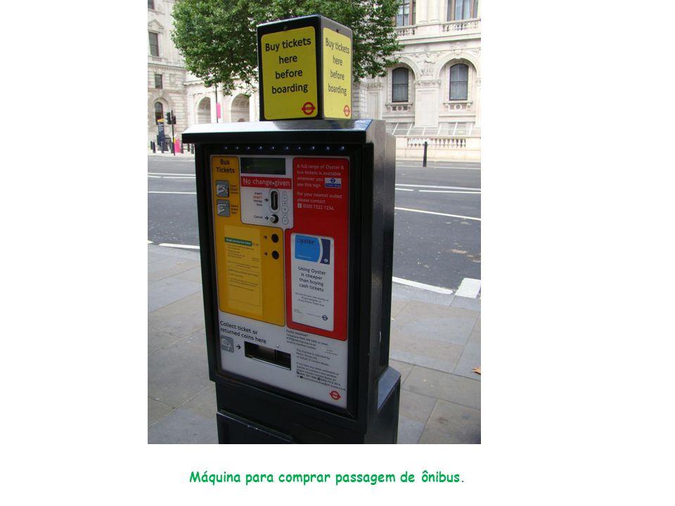Máquina para comprar passagem de ônibus.