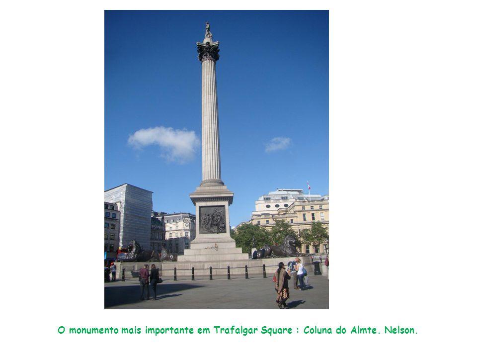 O monumento mais importante em Trafalgar Square : Coluna do Almte. Nelson.