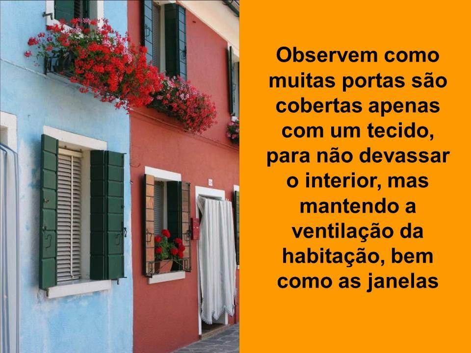 É um paraíso para o fotógrafo. As cores chamativas das fachadas das casas de cada família são um prazer para a vista.