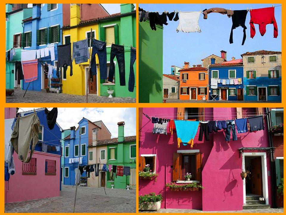 As pessoas estendem suas roupas ao sol em pátios, praças e ruas. Esses varais acrescentam ainda mais colorido à cidade.