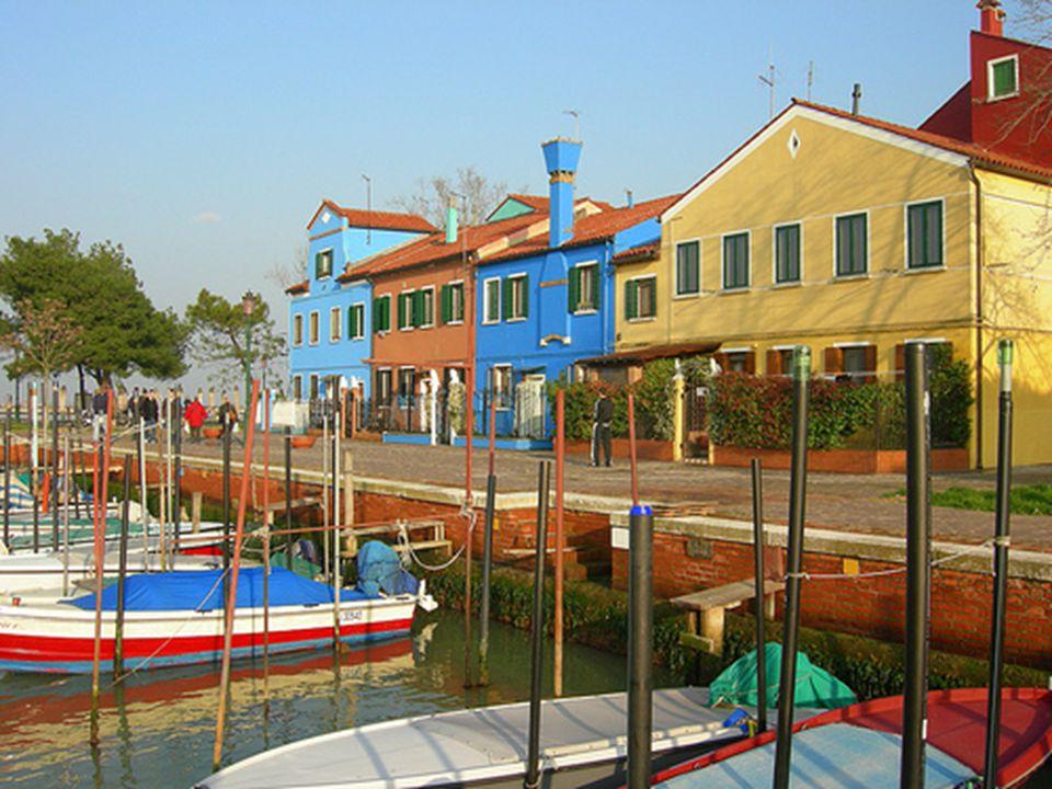 A simplicidade de seus habitantes, pescadores eles e bordadeiras elas, e o múltiplo colorido das casas, convertem Burano em uma aprazível ilha cheia d