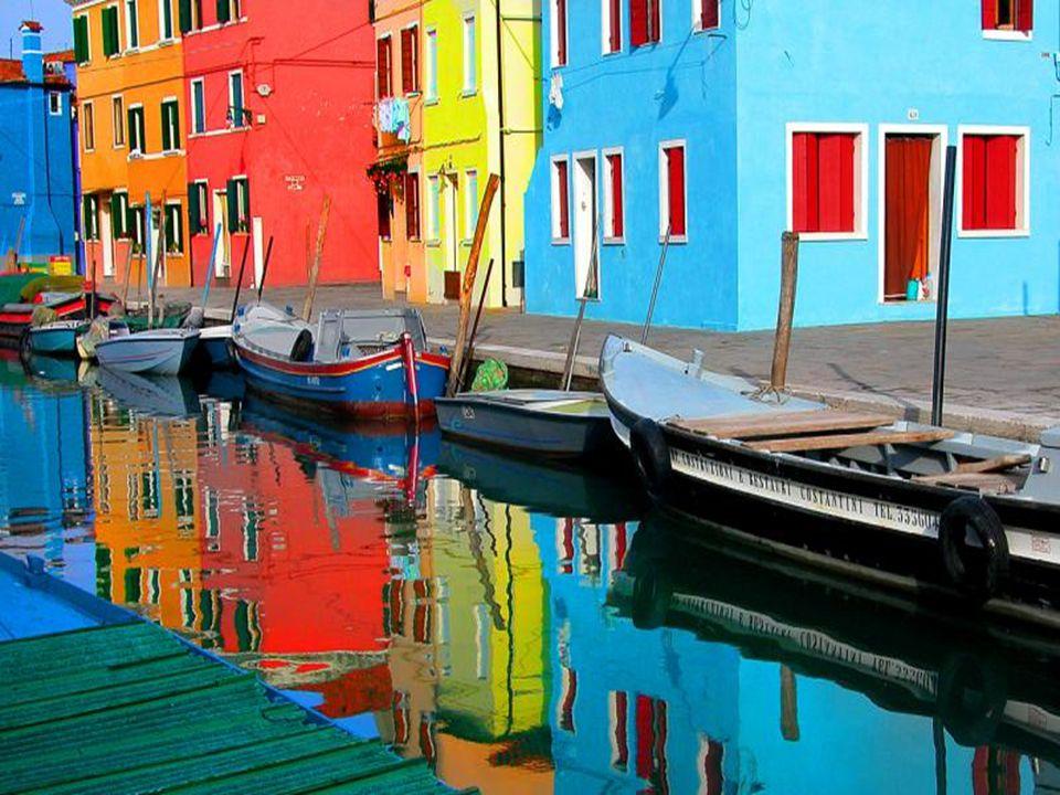 A ilha de Burano, perto de Murano, é uma das mais pitorescas ilhas da laguna veneziana. Ela fica a 7 Km a nordeste de Veneza, que é percorrido em quar