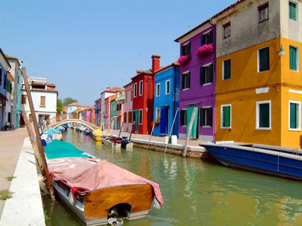 Conta-se que desde muito tempo, os pescadores que habitavam a ilha, pintavam de cores diferentes suas casas para distinguí- las das casas vizinhas qua