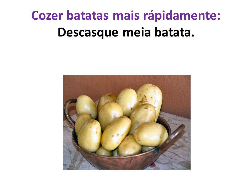 Cozer batatas mais rápidamente: Descasque meia batata.