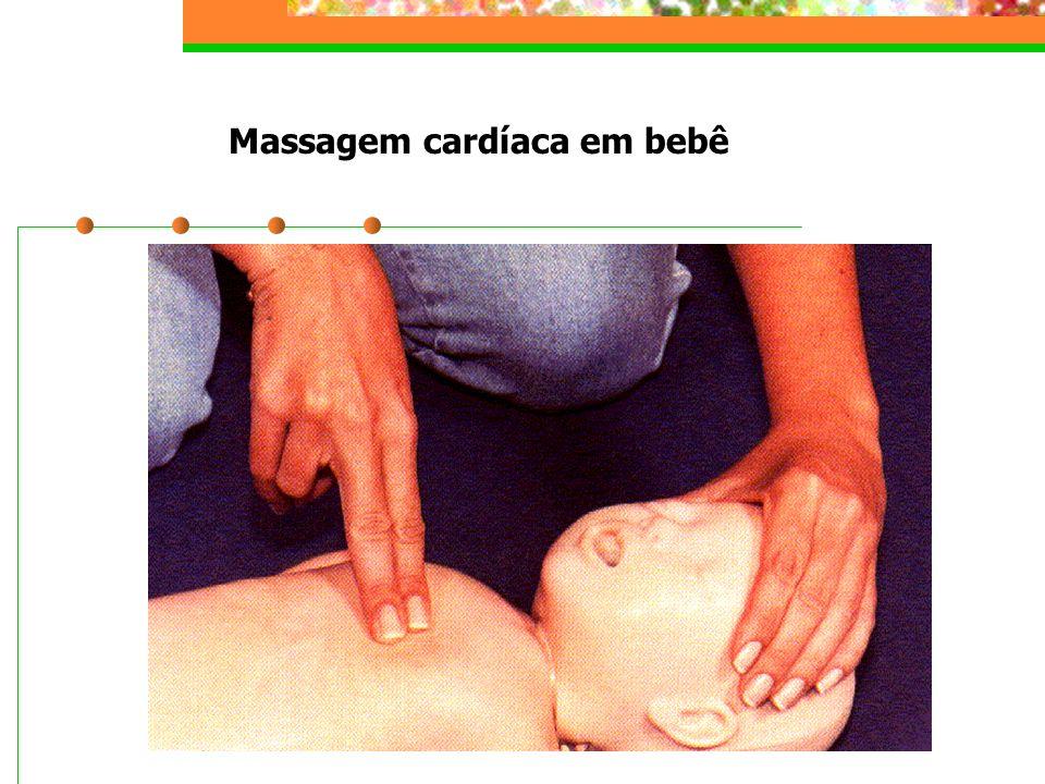 Massagem cardíaca em bebê