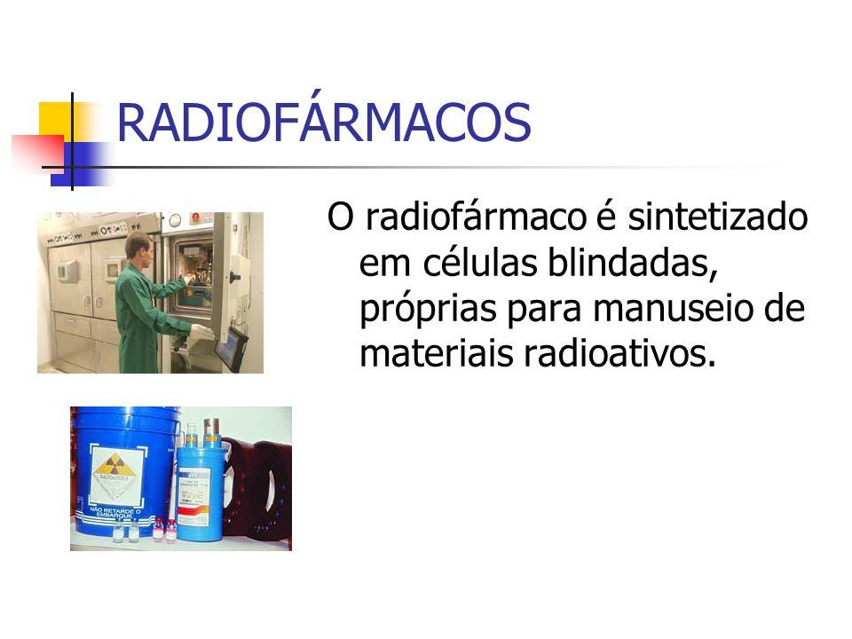 O radiofármaco é sintetizado em células blindadas, próprias para manuseio de materiais radioativos.