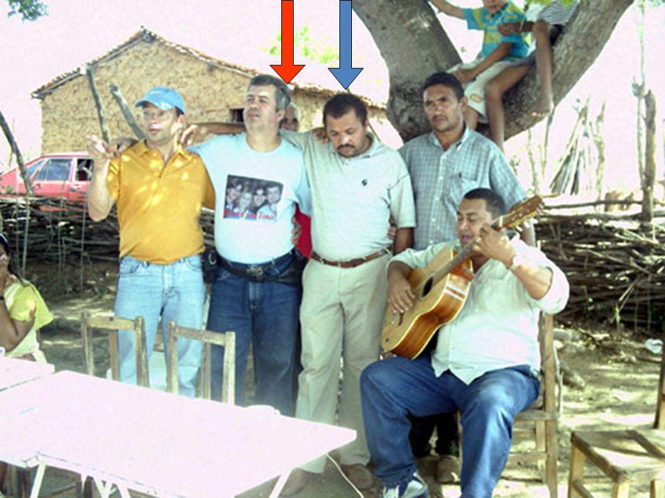 Pr. Francisco Izidoro (segundo da esquerda para a direita) celebrando a nova casa com Pr. Tião e Pr. Gildário