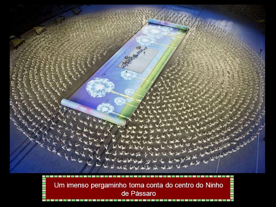 Trajados com fantasias luminosas, artistas participam do cerimonial