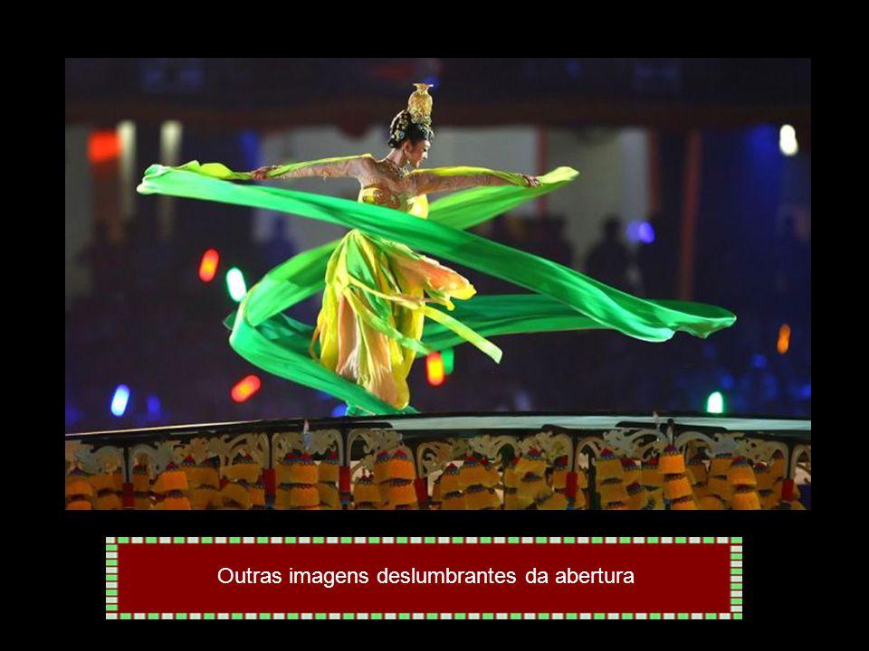 Liderados pelo porta-bandeira Robert Scheidt, delegação brasileira desfila na cerimônia de abertura da Olimpíada