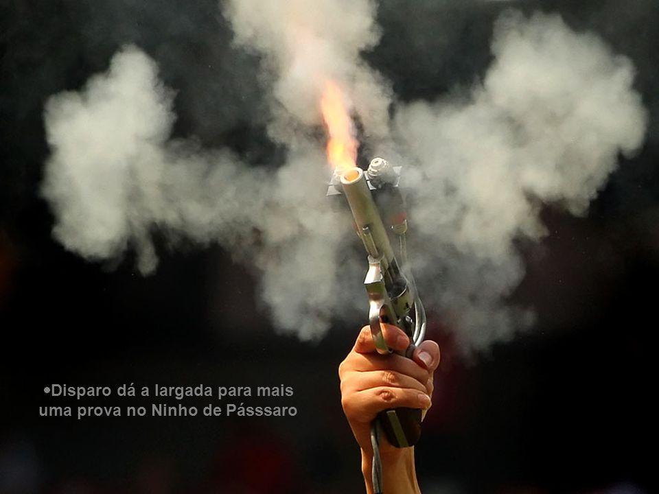  Polonês Lukasz Kadziewicz sinaliza jogada em partida contra a Rússia