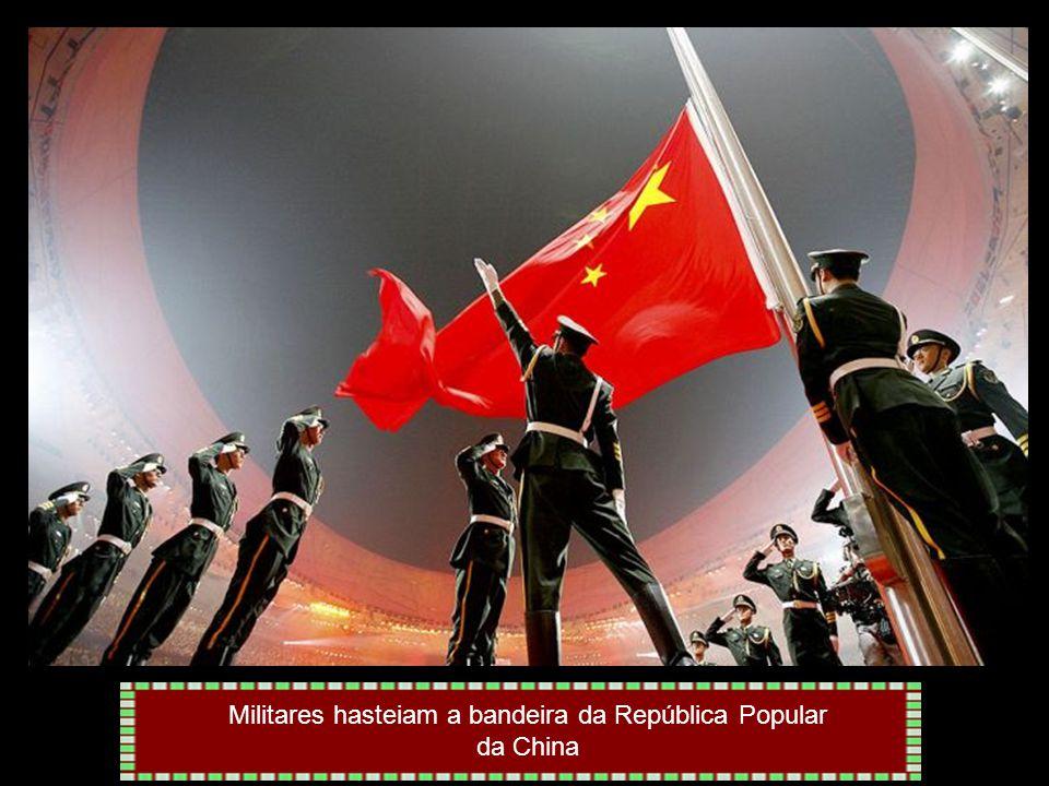 Militares hasteiam a bandeira da República Popular da China