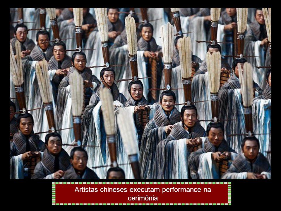 Artistas chineses executam performance na cerimônia